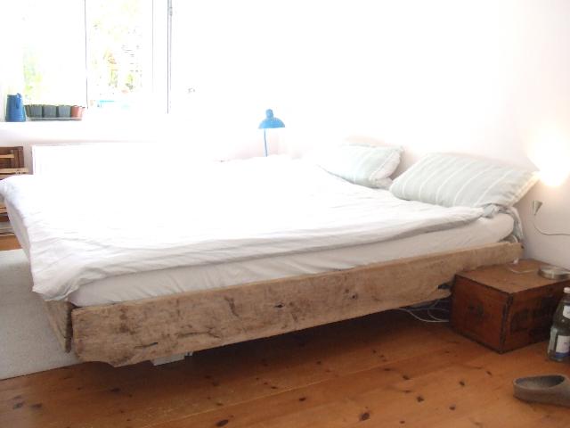 Bett mit Treibholzelementen