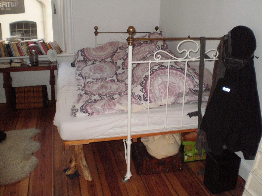 Krankenhausbett verlängert und verbreitert mit zusätzlichen Füßen aus Treibholz